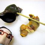 そこへ、丈夫な竹串か金串を差し込み、巻貝の芯から身をはがすように串をこすりつけます。