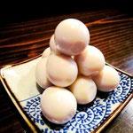 この団子。ずいぶんテカッてますな。 うん、実はこれ、うずらの卵なの。