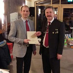 40 Jahr Mitglied Richard Reif es Gratuliert der 1. Vorstand Erwin Niedersteiner
