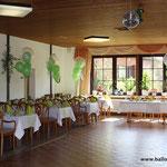 H10: Saaldekoration in grün für eine Hochzeit