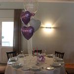 H6: Einzelner Tisch in Flieder/weiß mit Ballons dekoriert