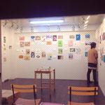 参加イラストレーター10名×10枚、100枚の作品が壁一面に並びました