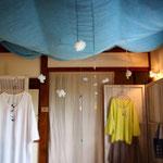 gunungさんの洋服と二十三屋さんのトンボ玉の展示