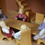 Personnages de la maison, tables et chaises
