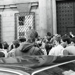 """Dienstag, 4.10.1989, - vor der bereits geschlossenen """"Prager Botschaft"""" - die Botschaft der  Bundesepublik Deutschland in Prag."""