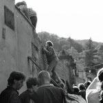 Das tschechische Wachpersonal befindet sich gerade auf der anderen Seite. Schnell können einige die Mauer erklimmen.