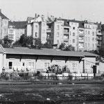 Bahnhofarbeiter im Hintergrund