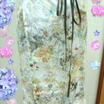コットンリネンの花柄のアップです、自然の草花の柄が繊細に淡い色で描いてありキレイ(人´∀`).☆.。.:*・゚