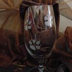 Hundepfoten auf Pilsglas
