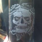 Totenkopf auf Wasserglas
