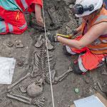 Les archéologues fouillent soigneusement le squelette. Crédit : MOLA