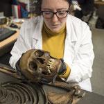 L'ostéologue humain Niamh Carty examine le squelette de l'homme botté. Crédit : MOLA