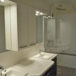 душевая комната с двумя умывальниками и итальянским душем