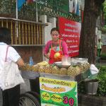 Un ananas tout frais, découpé, là, dans la rue