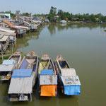 Habitations le long d'un bras du fleuve