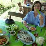 Au menu : poisson grillé, salade de papaye et crudités diverses et bizarres