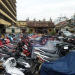 Parking pour mobilettes entre l'école et la pagode
