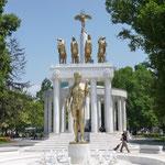 la statue de Prométhée était nue à l'origine, et cela a provoqué le mécontentement d'organisations traditionalistes. Le sexe de la statuefut couvert d' un pagne