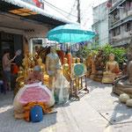 Fabrication de bouddhas sur le trottoir