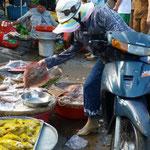 Citadine faisant son marché de sa selle de mob