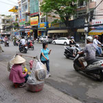 Marchande de galettes sur un grand boulevard