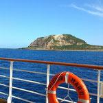 船上から擂鉢山を望む
