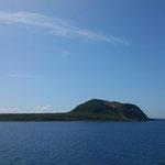 平たい硫黄島の中で目立つ擂鉢山
