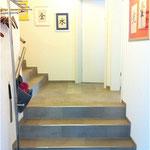 Bitte läuten und eintreten, links finden Sie die Garderobe und drei Treppen hinauf auf der rechten Seite das Wartezimmer.
