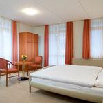Chambre double (grand-lit) avec bain/WC, balcon au Sud (meilleur vue aux Alpes)