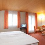 Chambre à 3 - 4 lits avec bain/WC, balcon au Sud (meilleur vue aux Alpes)