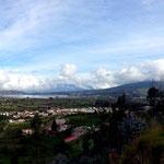 Der Lago San Pablo mit dem Ort San Pablo und dem Vulkan Imbabura.
