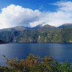 Die Laguna de Cuicocha (3.068). Im Hintergrund der Vulkan Cotacachi.