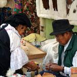 Indigenes Paar beim Verrichten ihrer Marktarbeit.