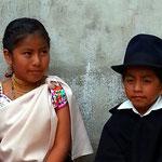 Indigenes Geschwisterpaar in traditioneller Kleidung.
