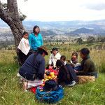 Indigene Familie beim vorbereiten eines Rituals.