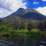 Der Vulkan Imbabura (4.621m). Im Vordergrund der Lago San Pablo.