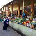 Die Obst- und Gemüsestände am Markt 24 de Mayo.