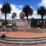 Der Parque Bolivar mit Rathaus, Rumiñahui Denkmal und Kirche.