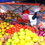 Ein typischer Obst und Gemüsesstand am Copacabana Markt.