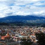 Otavalo von oben. Im Hintergrund der Vulkan Cotacachi.