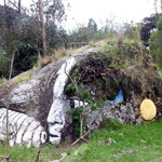 Piedra Hiltun Rumi, ein heiliger antiker Stein mit Gesicht in der Gemeinde Peguche.