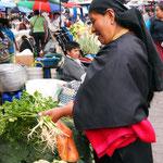Marktfrau beim Sortieren ihrer Ware.
