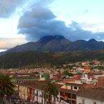 Otavalo mit dem Vulkan Imbabura (4621m).