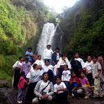 Indigenes Familienfoto vor der Cascada de Peguche.