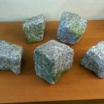 Stein-Attrappen ringsum und Original mittig