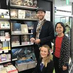Shinobu von Felten-Oka, Sana Tornow und ich in einer japanischen Buchhandlung