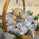 """Беби-букет из детской одежды  в плетёной корзиночке """"Медвежонок с ромашками"""""""