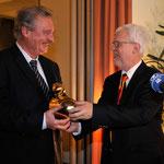 Übergabe der Goldenen Ente an Jean-Claude Asselborn durch den LPK-Vorsitzenden Michael Kuderna