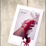 Herida (Fotografía transferida a lienzo con sangre falsa para prolongar la sangre real de la fotografía)
