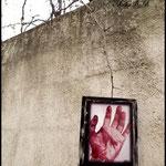 Stigma Diabøli (Fotografía transferida a lienzo decorada en algunas zonas con sangre falsa para resaltar la sangre real de la fotografía y marco pintado con pintura acrílica)
